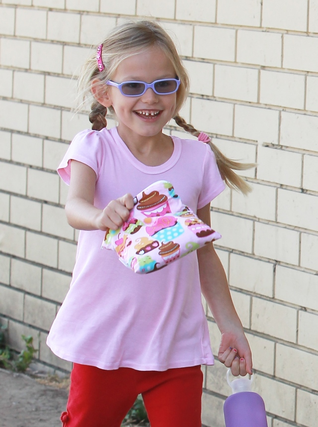 Jennifer Garner's daughter, Violet, with an Itzy Ritzy bag